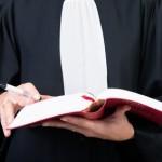 avocat en droit du travail en robe avec son code du travail à la main; avocat à paris