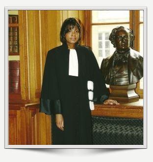 Maître Sarah Garcia en tenue d'avocat docteur en droit; avocat Paris avocat Accueil garcia sarah
